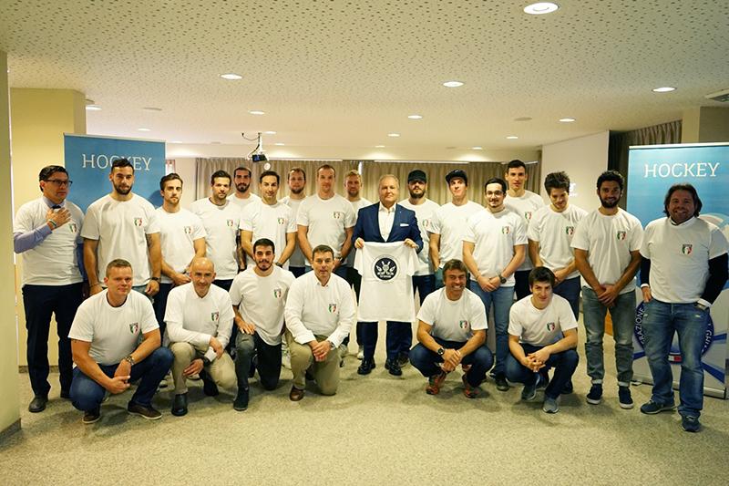 """""""Mission Bratislava"""". La Nazionale Senior Maschile con il Presidente Gios, lo staff tecnico e Kristian Ghedina (il 2° in basso da destra)."""