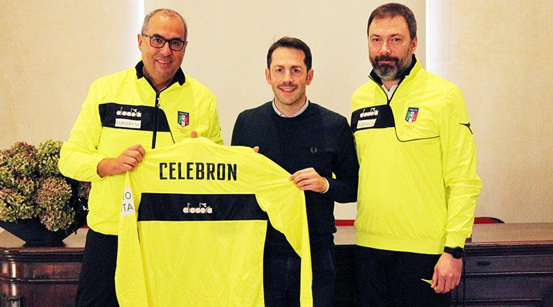 L'assessore Celebron, ex portiere, riceve una maglia personalizzata