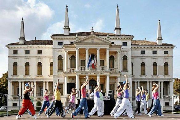 """Gruppo di """"Oltre la Danza"""" durante una manifestazione in piazza IV Novembre davanti a Villa Barbarigo"""