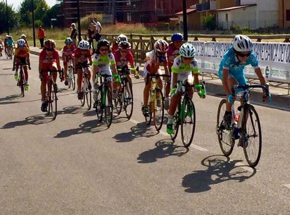 Giovanissimi impegnati  in una gara ciclistica a Noventa