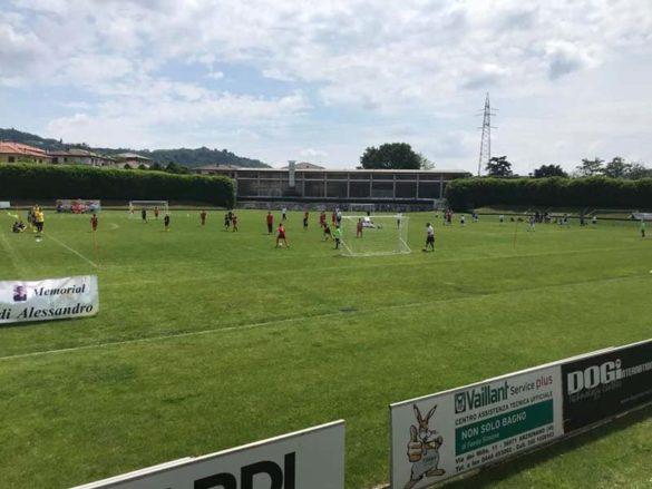 Una partita al campo di calcio comunale nel maggio 2019