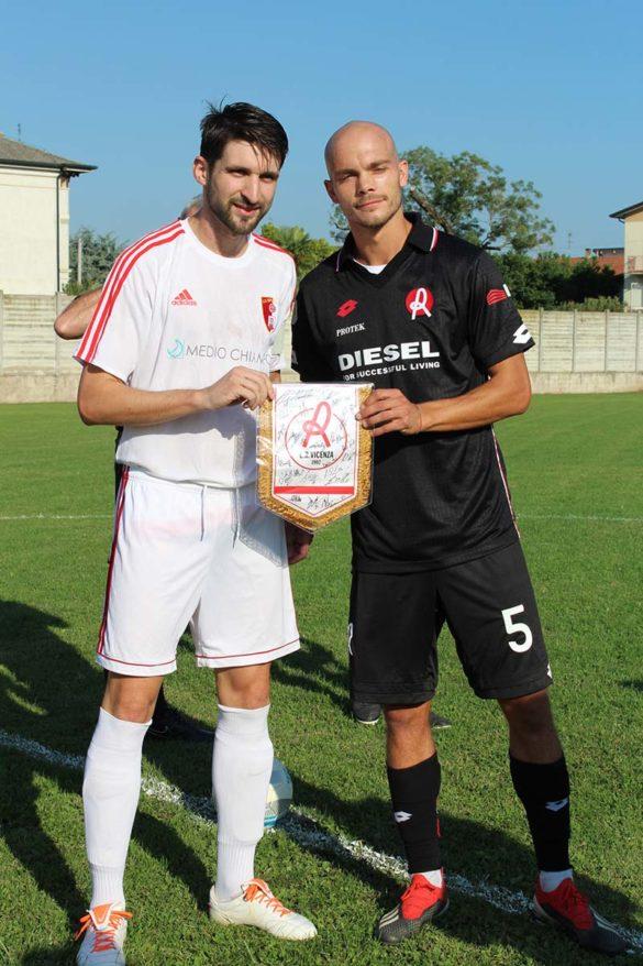 Il centrocampista Alexander Miloradovic con il capitano del LR Vicenza Bizzotto