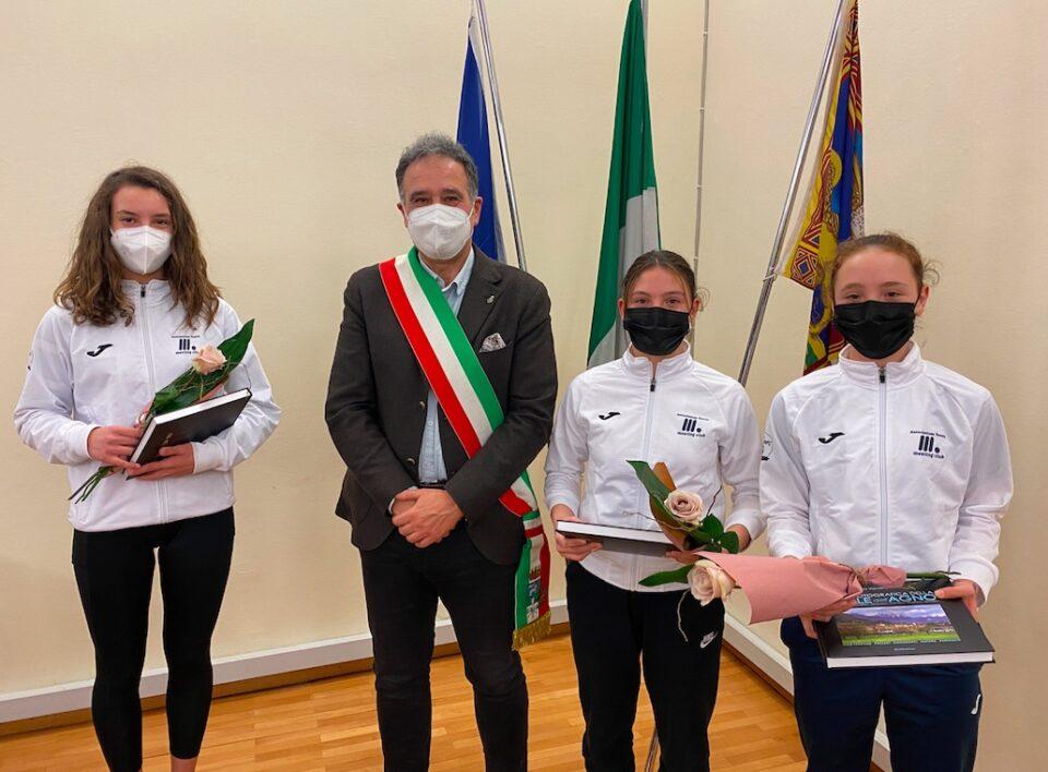 Il sindaco Acerbi con Anna e Ludovica Ceolato e Sofia di giacomo
